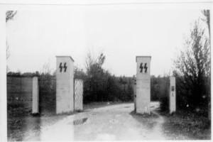 Открытые ворота въезда на полигон Хебертсхаузен 30 апреля 1945 г.